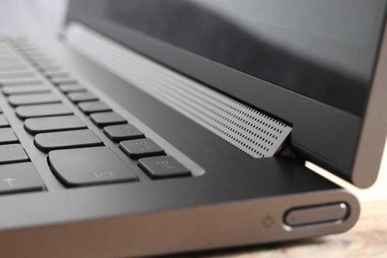 Genau da gehört er hin! Lenovo bringt den Lautsprecher im Yoga C940 im Scharnier unter.