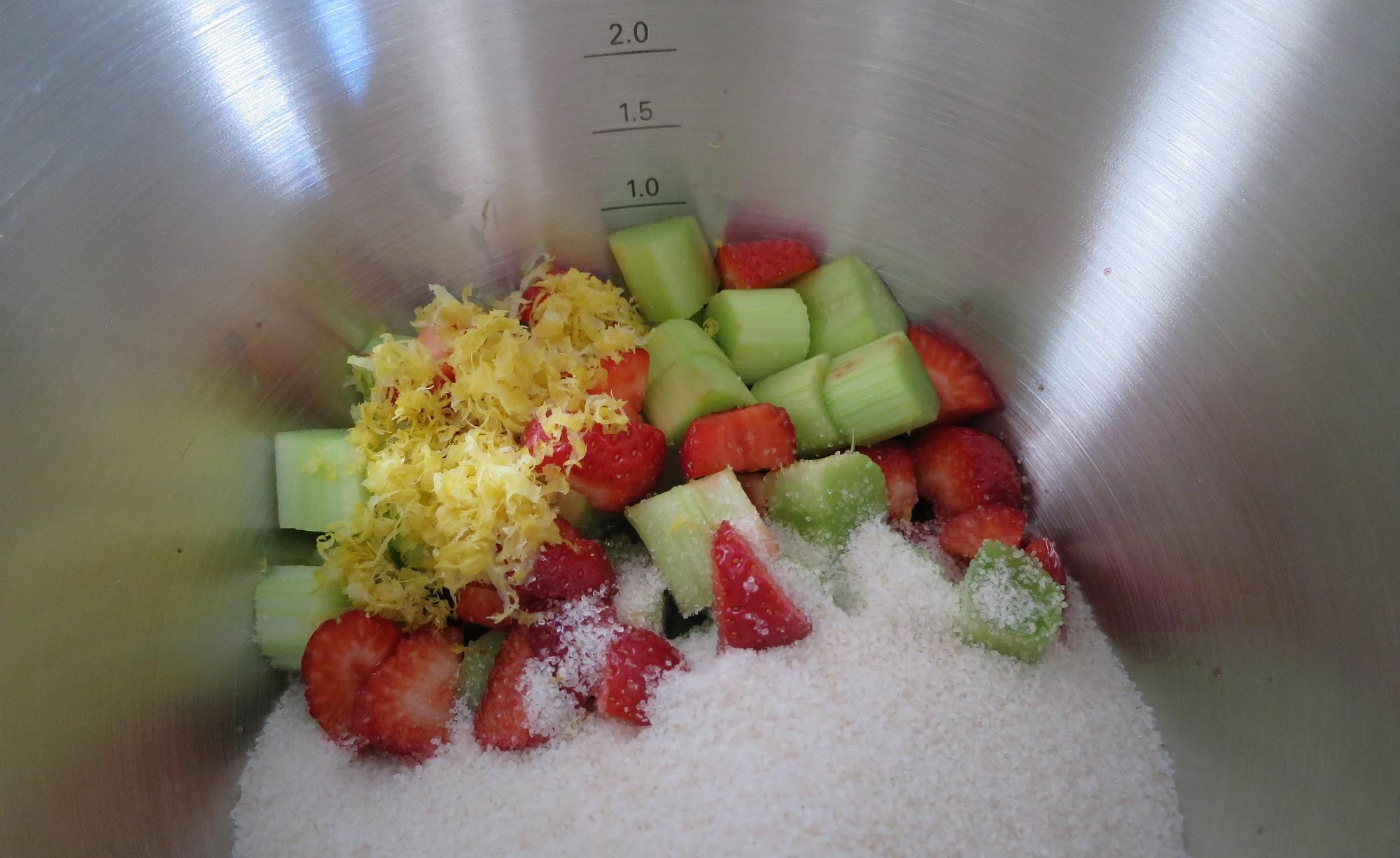 Zutaten für Erdbeer-Rhabarber-Marmelade in der Kenwood Cooking Chef Gourmet