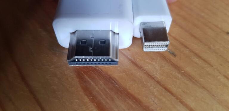 Achtet auf das passende Kabel. Hier im Bild: Mini-Displayport auf HDMI. (Foto: Sven Wernicke)