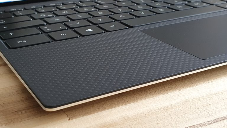 Geriffeltes Muster, trotzdem glatte Oberfläche im Dell XPS 13 9300.