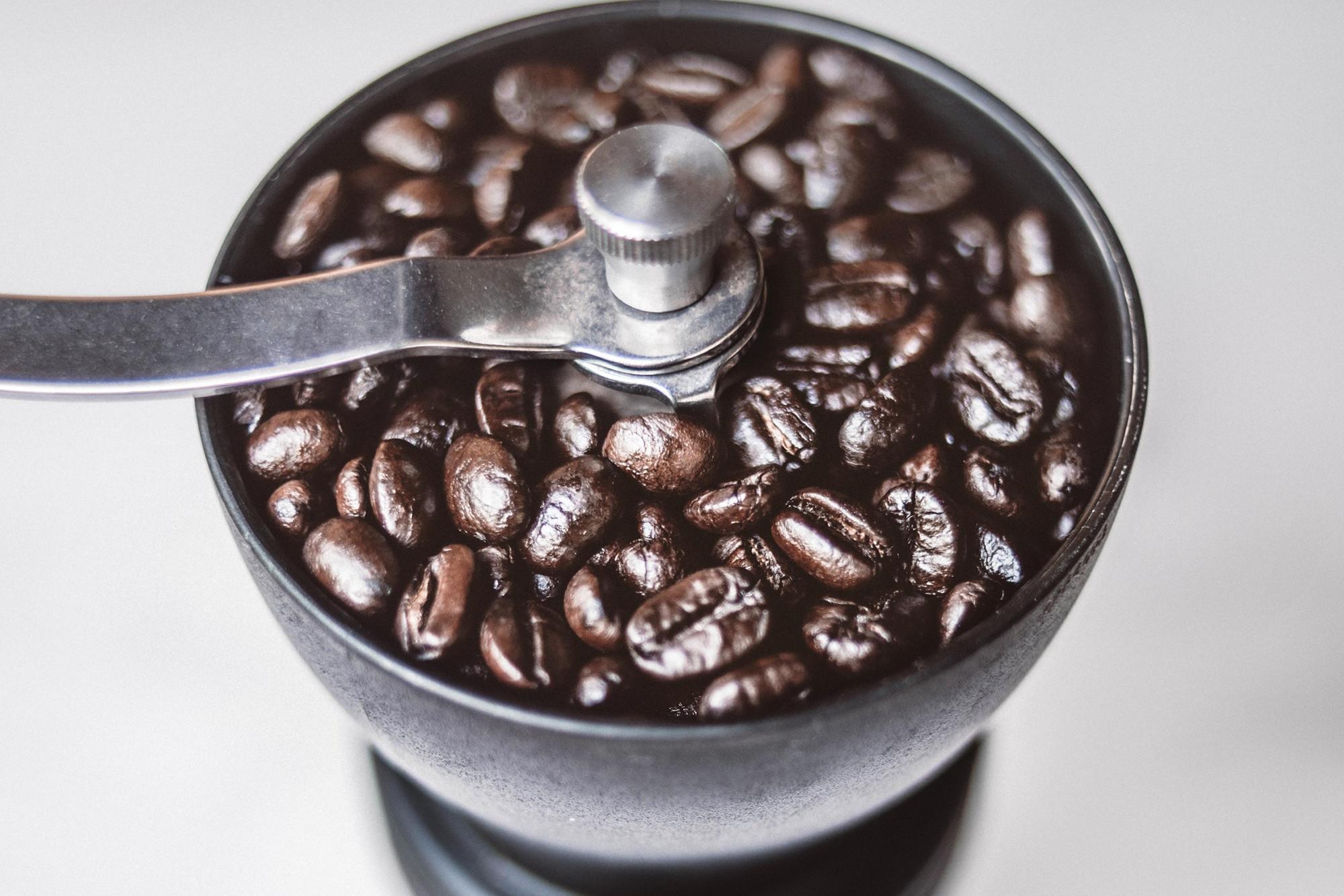 Handmühle mit Kaffeebohnen