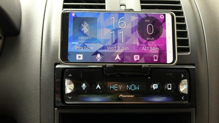 Das Pioneer SPH-10BT mit Samsung Galaxy S10 in einem VW Lupo.