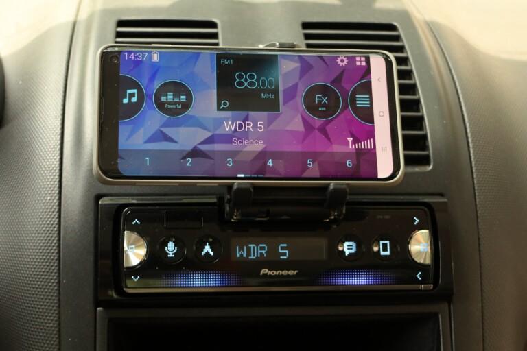 ... und Wirklichkeit mit dem eingespannten, eigenen Smartphone (Galaxy S10). Stimmt im Prinzip überein.