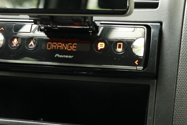 Farbwahl Orange: Pioneer lässt euch die LED-Farbe des SPH-10BT anpassen.