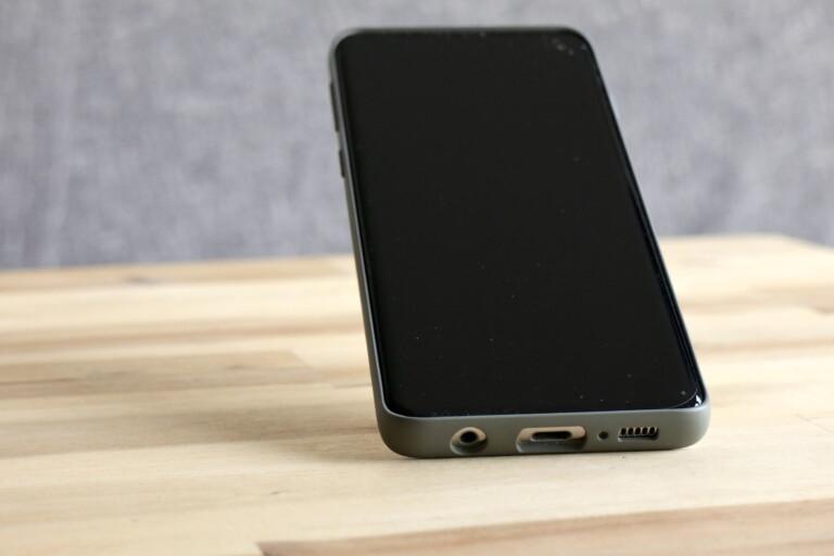 Eine optionale Hülle schützt das Galaxy S10 sicher und kann auch als Ständer dienen.