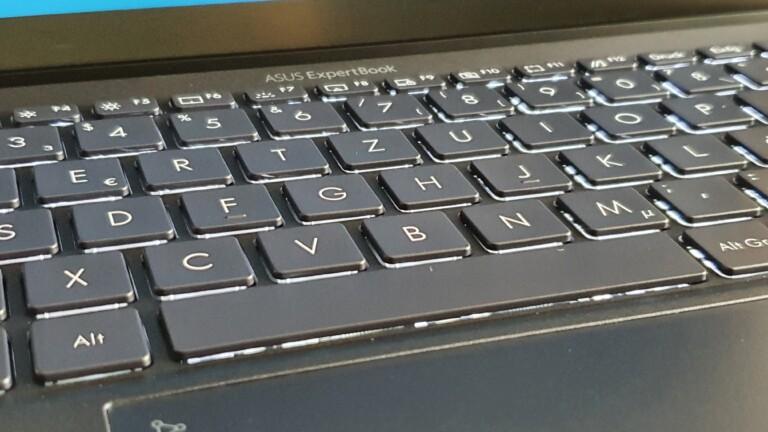 Ob mit Beleuchtung oder ohne: Die Tastatur des ExpertBook B9 ist Asus gut gelungen
