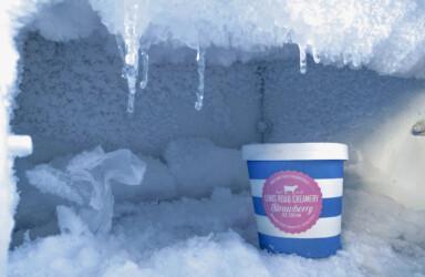 Vereistes Gefrierfach mit Packung Eis