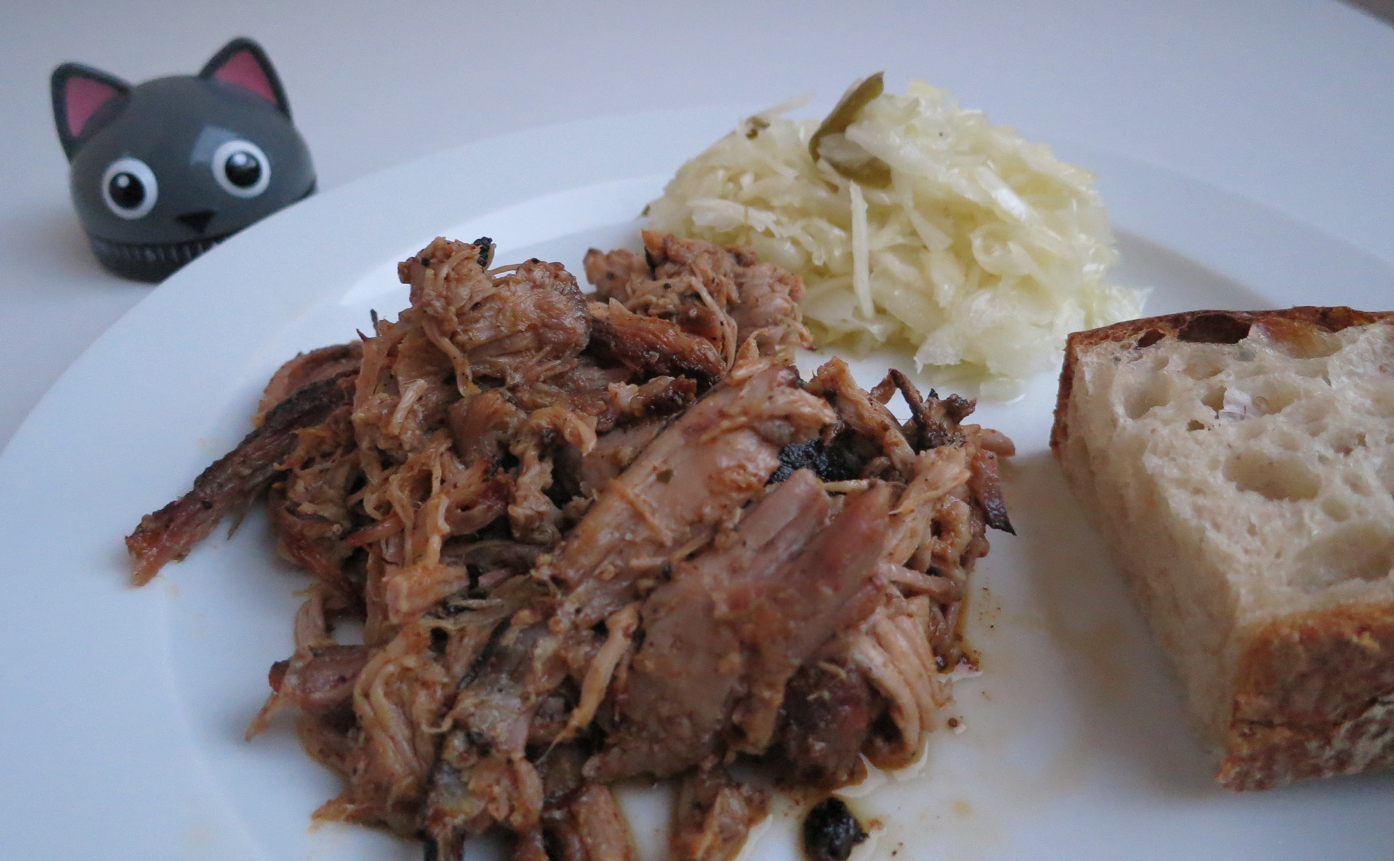 Pulled Pork mit Krautsalat und Brot