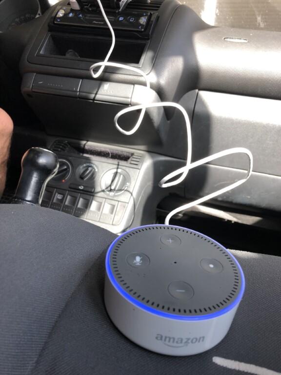 Amazon Echo Dot der 2. Generation am USB-Anschluss des Autoradios angeschlossen.