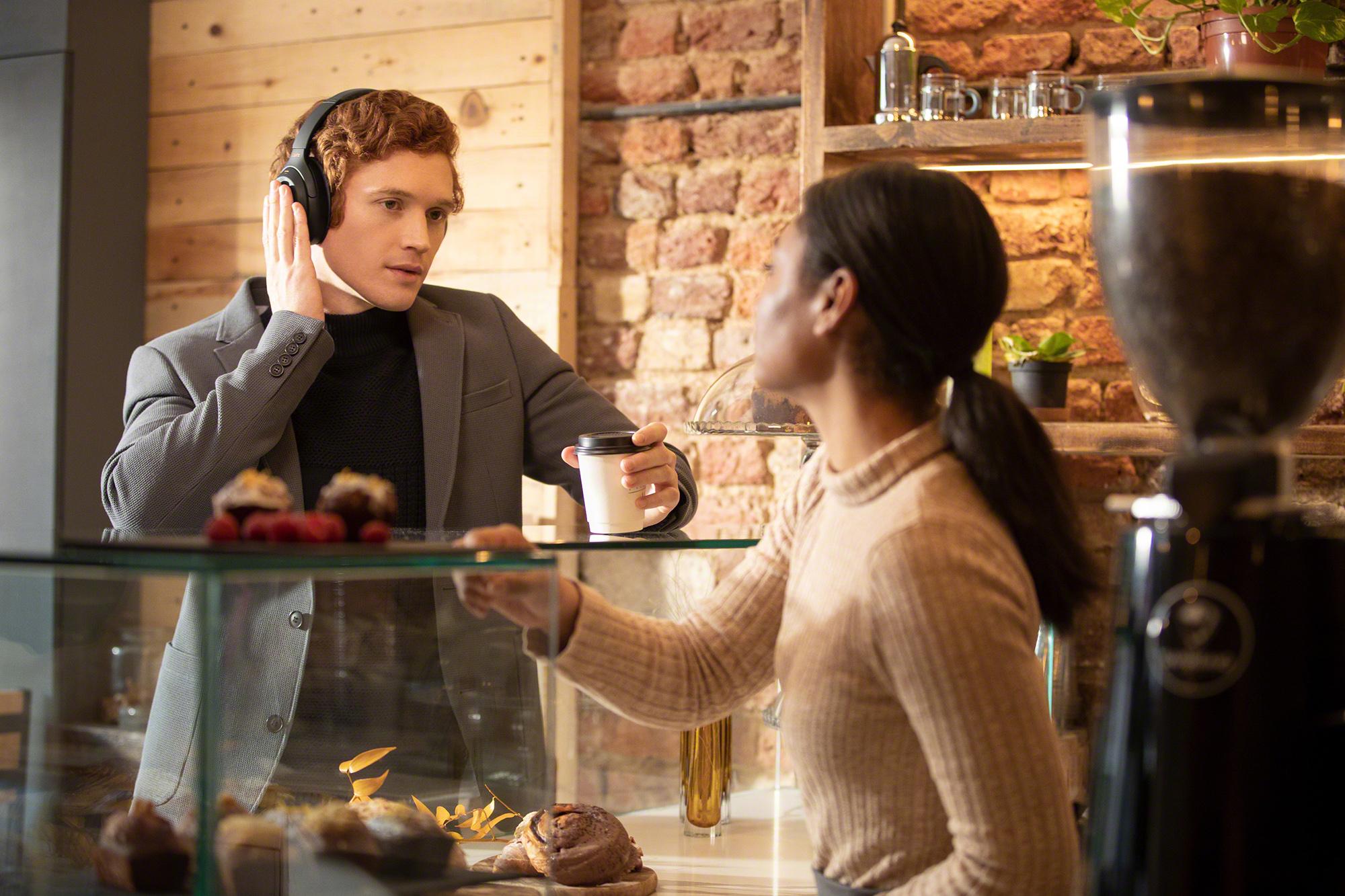 Sony WH-1000MX4 im Cafe