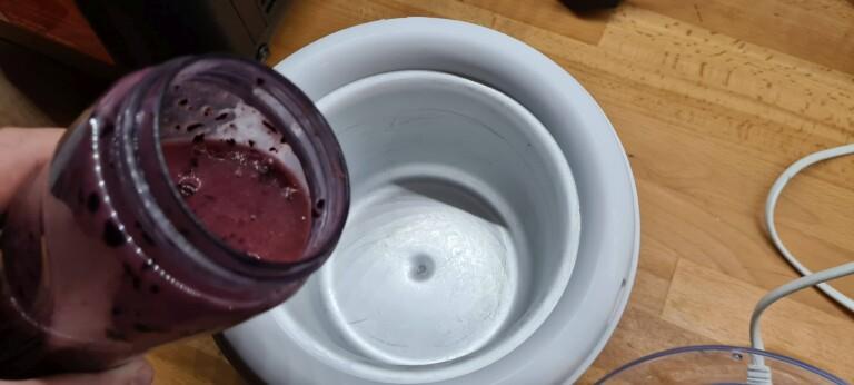 Hier im Bild: Der Eisbehälter kommt in dieser Form komplett ins Tiefkühlfach für bis zu 10 Stunden. Je länger, desto besser. Bei Eismaschinen mit Kompressor ist das nicht nötig. (Foto: Sven Wernicke)