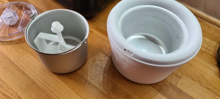 Vorteil bei der Eismaschine mit Kompressor: Ihr könnt den Eisbehälter aus dem Gerät entfernen und somit nach etwas Antauen das Eis gut auskratzen. (Foto: Sven Wernicke)