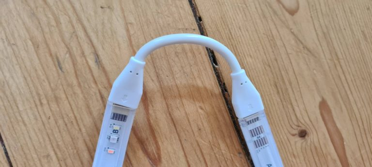 """Mit diesem Kabel verbindet ihr eine Lightstrip-Basis mit einer Verlängerung. Ideal, um etwas """"um die Ecke"""" zu bauen. (Foto: Sven Wernicke)"""