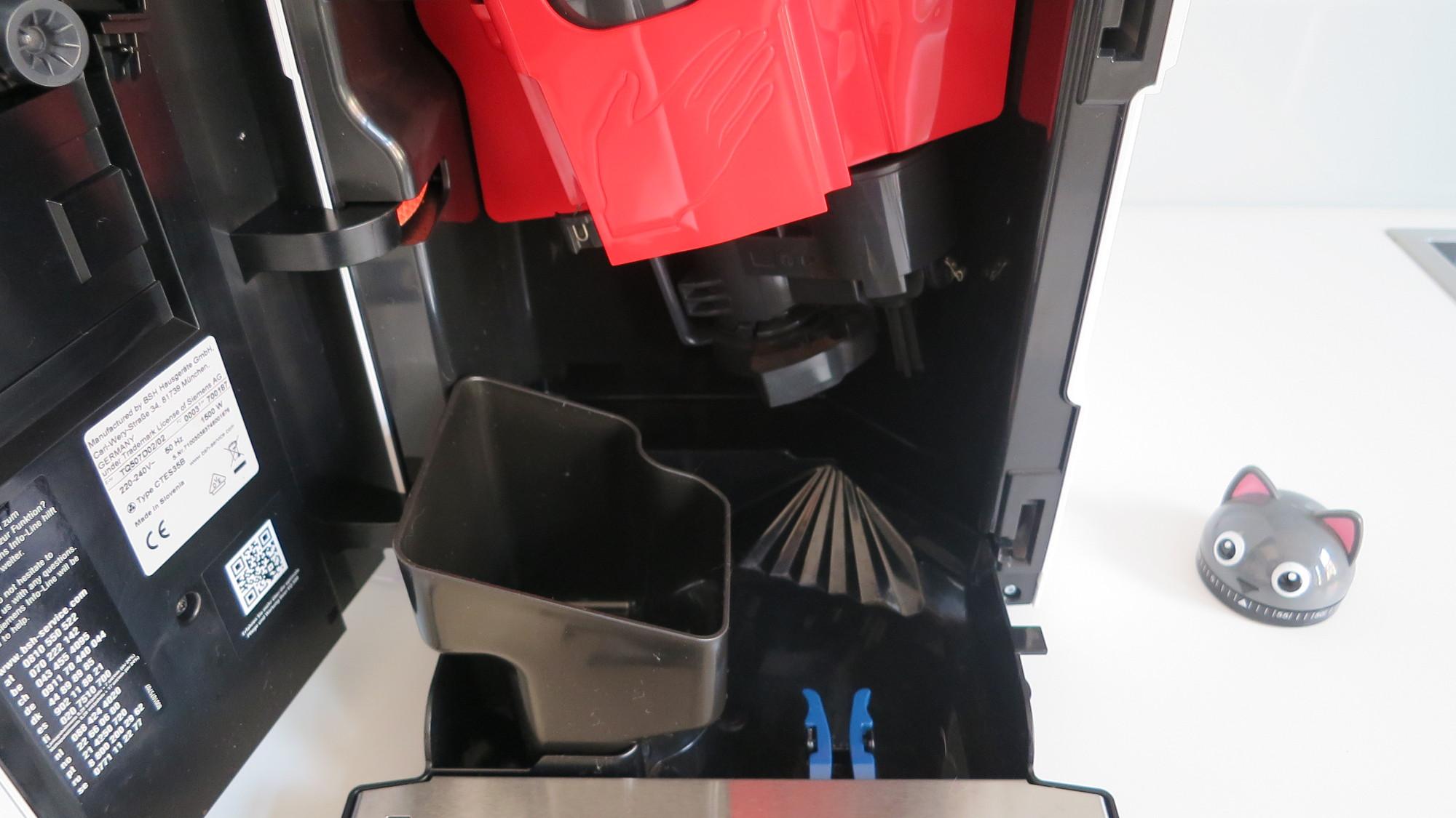 Kaffeevollautomat Siemens EQ.500 mit Brühgruppe und Ablaufschale
