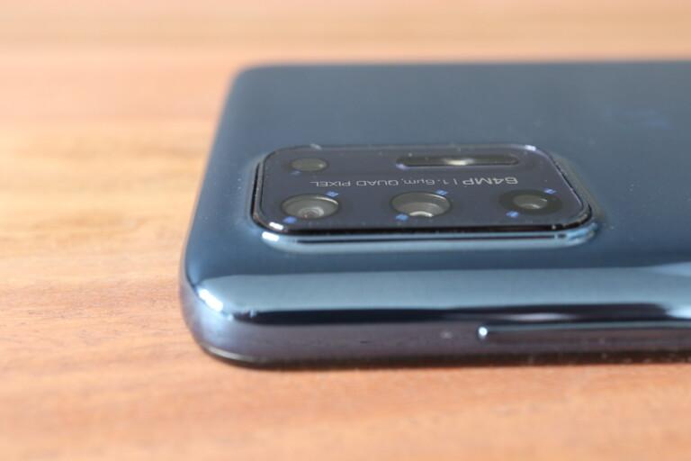 Noch etwas abgeschrägt und damit weniger kantig: Die leicht aus dem Gehäuse herausragende Quadkamera des Moto G9 Plus