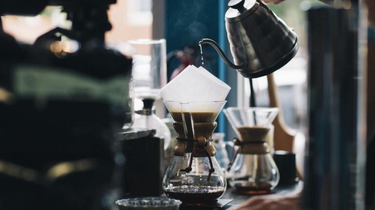 Kaffeezubereitung per Handfilter: Bis auf den Papierfilter eine eher umweltfreundliche Zeremonie