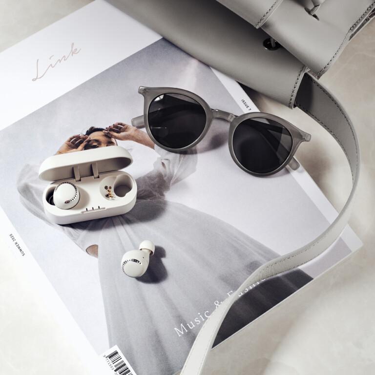 Passen gut zur derzeitigen Sneakermode: Die Panasonic RZ-S500WE-W Earbuds