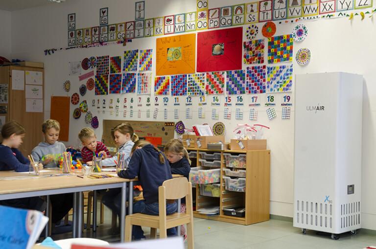 Fast schon unauffällig (ganz rechts) im Klassenzimmer: Ein Luftfilter von UlmAir
