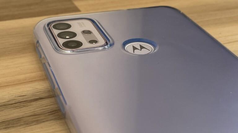Das Motorola Moto G30 mit Blick auf die Rückseite und das Kameramodul