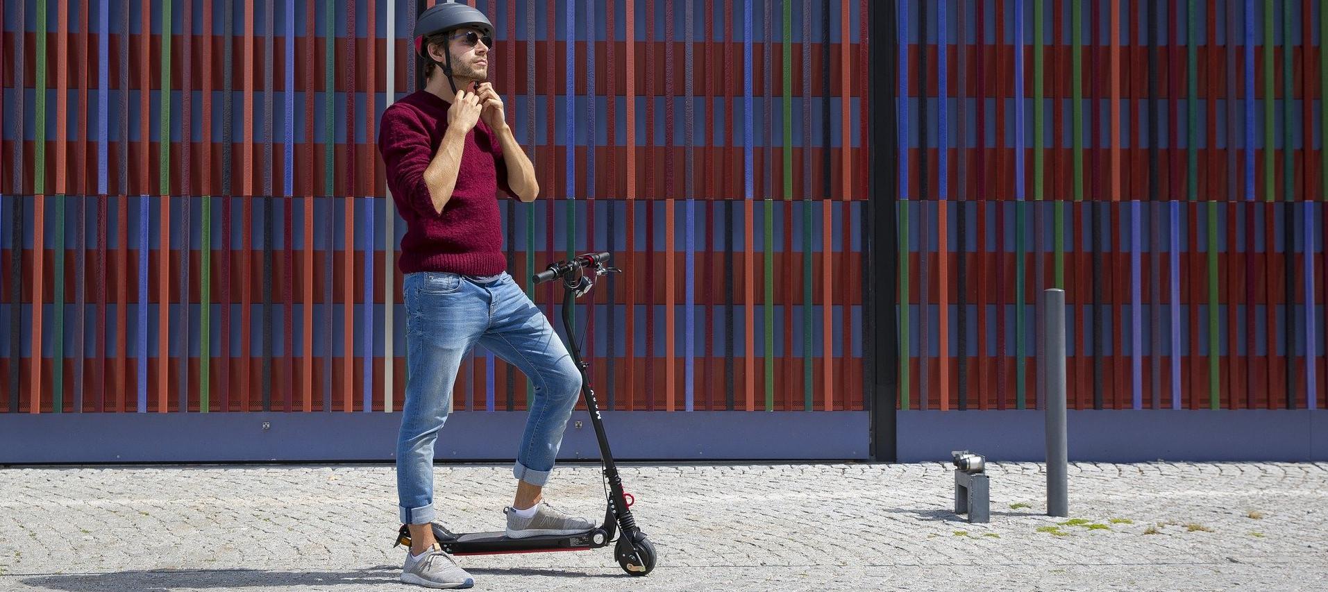 Mann mit E-Scooter