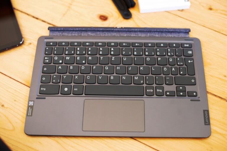 Dei Tastatur ist hochwertig und lässt sich bequem andocken - ähnlich wie beim Surface oder beim Galaxy Tab. (Foto: Sven Wernicke)