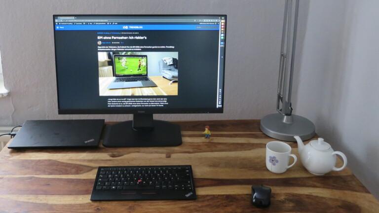 Laptop mit Monitor und externer Tastatur