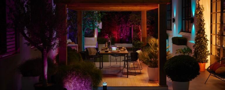 Licht im Außenbereich ist erst einmal nicht problematisch, wenn ihr die Nachbarn nicht stört. (Foto: Signify)