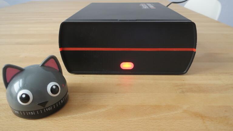 Die geschlossene Rommelsbacher HB 100 HeatsBox. Das rote Licht signalisiert das Aufheizen (Bild: Peter Giesecke)