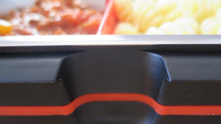 Die Aussparung im Gehäuse bietet genug Platz, um mit den Fingern unter den Schalenrand zu fassen (Bild: Peter Giesecke)