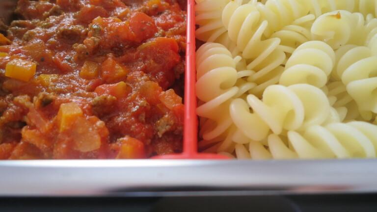 Das Essen ist fertig: Weder Nudeln noch Soße sind ausgetrocknet (Bild: Peter Giesecke)