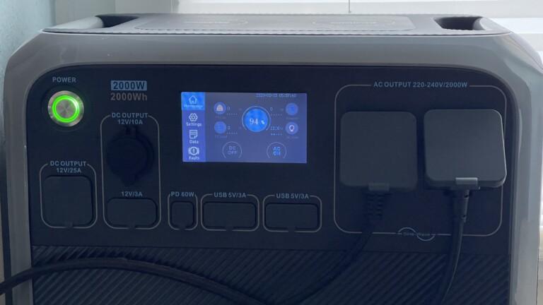 Markanter Powerbutton, leicht bedienbares Touch-Display, zahlreiche Steckdosen