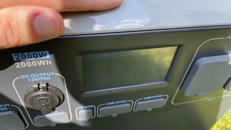 Das Display der Bluetti AC200P ist von oben – noch dazu bei direkter Sonneneinstrahlung – nur schwer abzulesen.