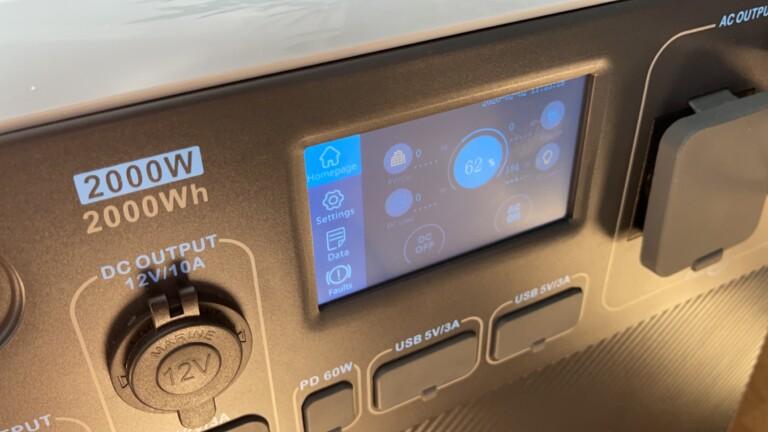 Das Touchscreen-Display macht die Bluetti AC200P recht leicht bedienbar.