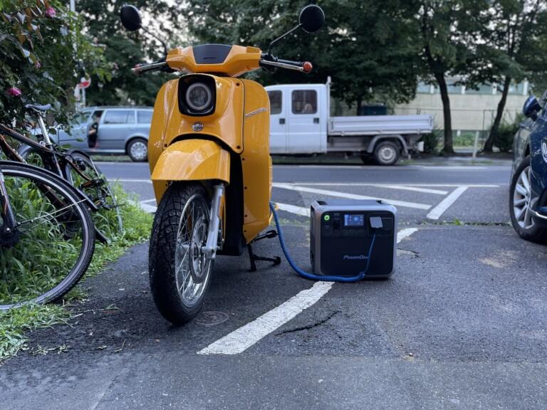 Bluetti AC200P lädt Govecs E-Schwalbe