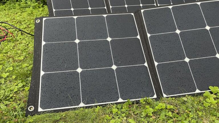 Kleiner Regenschauer? Kein Problem: Die laminierten Bluetti SP200 Solarpanels überstehen das problemlos.