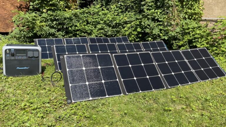 Bluetti Solar Powerstation AC200P mit drei SP200-Solarmodulen. Dafür braucht ihr schon etwas Platz im Garten.