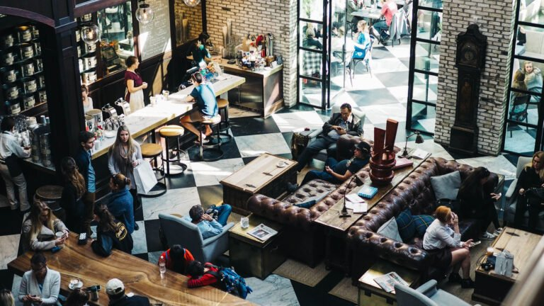 Viele Leute in einem Café