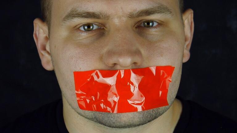 Mann mit zugeklebtem Mund