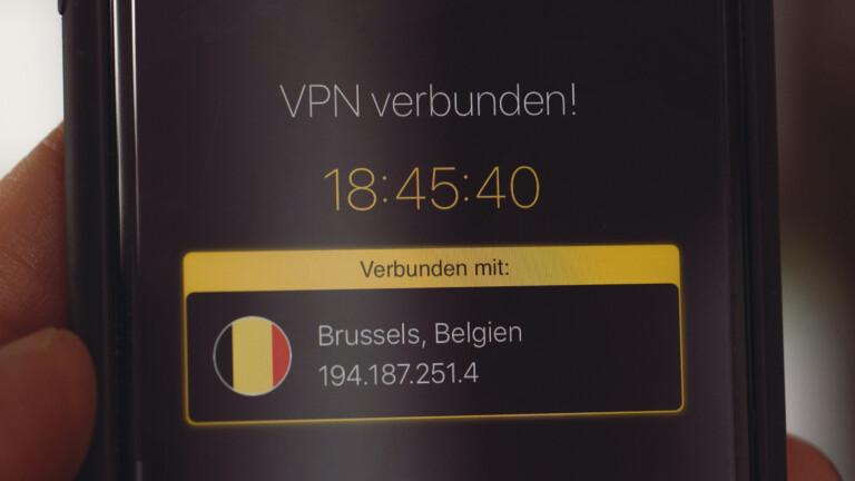 Smartphone mit VPN-Verbindung nach Brüssel in Belgien