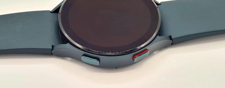 Mit diesen beiden Buttons messt ihr zum Beispiel eure Körperzusammensetzung. Das kann die günstige Smartwatch nicht. (Foto: Sven Wernicke)